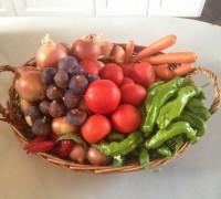 Cesta con frutas y verduras de temporada