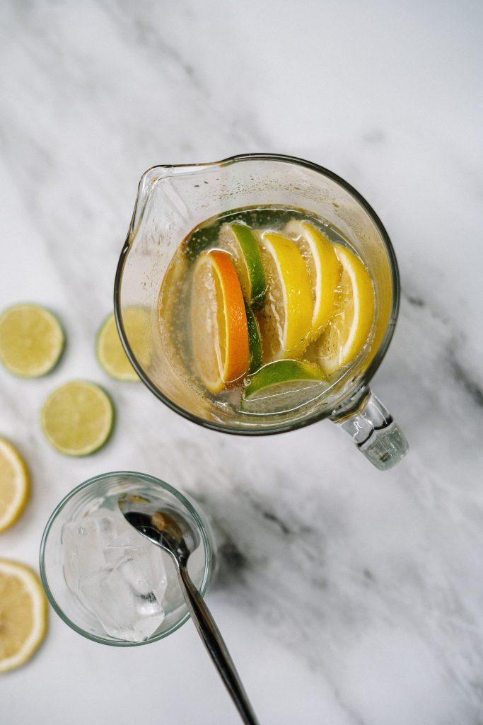bebidas isotónicas con naranjas y pomelos